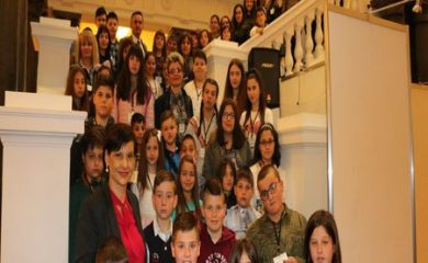 Ученици от Смолян посетиха Народното събрание по покана на Даниела Дариткова