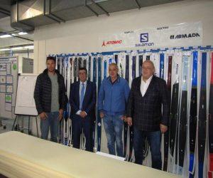 Министър Кралев посети фабриката за ски в Чепеларе
