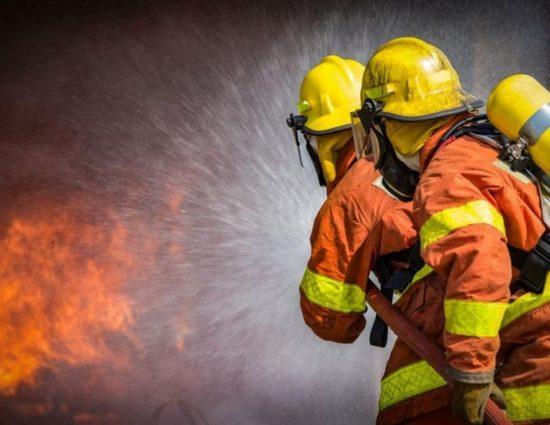 Пожар изпепели три гаража и автомобил в Мадан