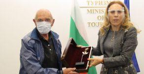 Mинистърът на туризма награди най-възрастния скиор у нас Иван Раев от Чепеларе