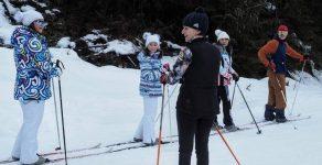 Олимпийската шампионка Екатерина Дафовска обучава деца по ски бягане в Пампорово