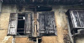Ограничиха движението покрай рушаща се родопска къща в Златоград